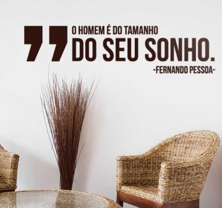 TenStickers. Vinil decorativo frase Fernando Pessoa. Vinil decorativo de uma citação inspiradora do escritor português, Fermando Pessoa. Adesivo de parede de Portugal para decoração de interiores.