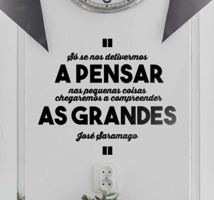 TenStickers. Vinil decorativo citação José Saramago. Vinil decorativo sobre a citação do grande escritor português, José Saramago. Adesivo de parede para decoração de interiores.