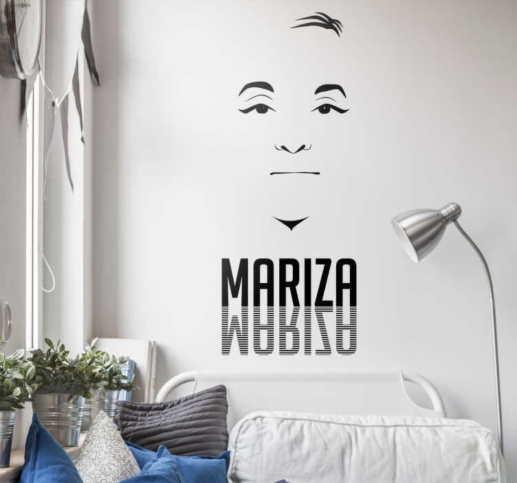 TenStickers. Vinil decorativo fadista Mariza. Vinil decorativo de uma das cantoras de Fado mais conhecidas de Portugal e internacionalmente. Adesivo de parede da fadista Mariza.