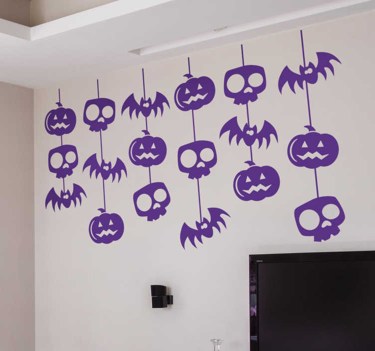 TenStickers. Muursticker Halloween Versieringen. Muursticker Halloween versieringen, deze versiering bevat doodskopjes, pompoenen en vleermuizen in slingers aan elkaar vast.