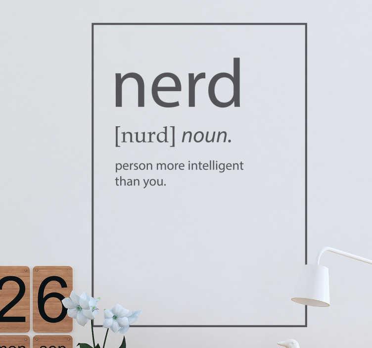 TenStickers. Sticker nerd définition. Êtes-vous un nerd et fier? Montrez à tout le monde avec cet autocollant mural que vous êtes un intello et fiers de l'être.