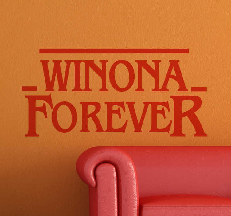 TenStickers. Naklejka na ścianę do domu Winona Forever. Naklejka dekoracyjna na ścianę do salonu nawiązująca do słynnego serialu Netflix i aktorki Winona Ryder. Wysyłka w 24/48h!