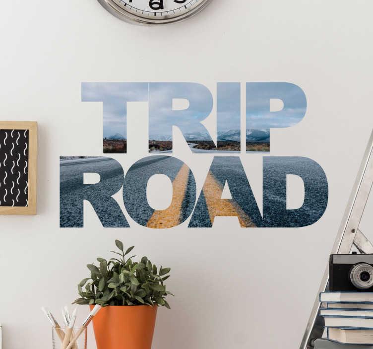 """TenStickers. Autocolante decorativo Trip Road. Adesivos de parede com o texto em inglês """"Road Trip"""", com uma fotografia de uma estrada."""