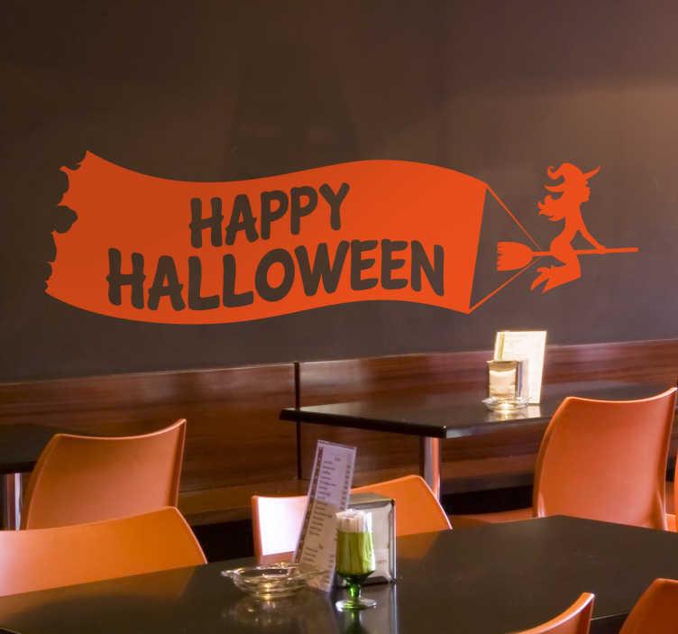 TenStickers. Happy Hallooween wiedżma naklejka. Dekoracja zawiera flagę z napisem ' Happy Halloween' ,którą ciągnie za sobą wiedżma na miotle.