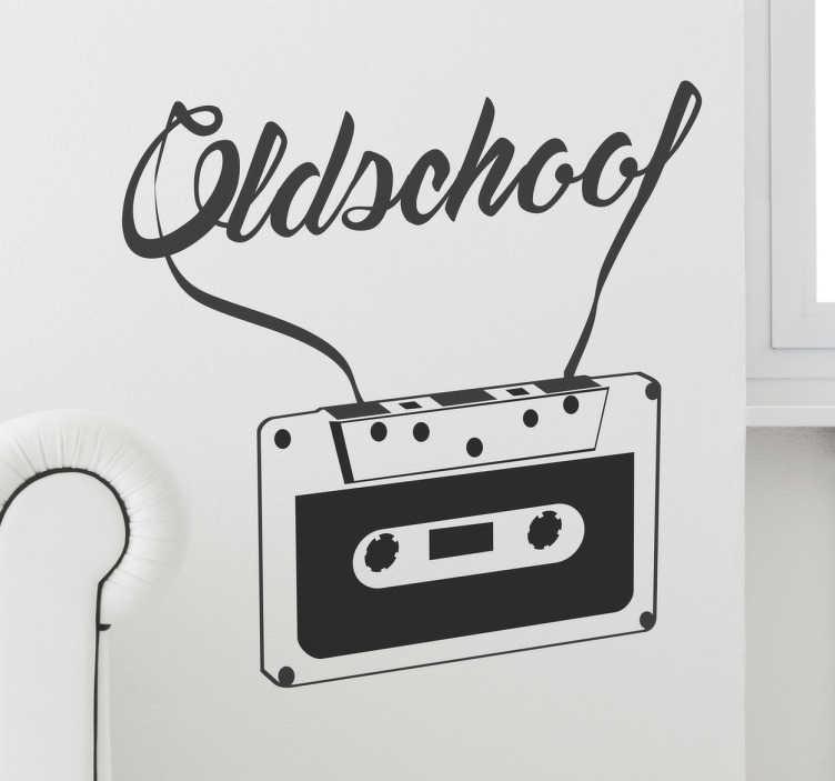TenStickers. Naklejka ścienna Oldschool kaseta. Pamiętasz stare kasety które zrobiły ogromną rewolucję w świecie muzycznym?Przypomnij sobie o starych czasach z naszą dekoracją niczym z lat 80'.