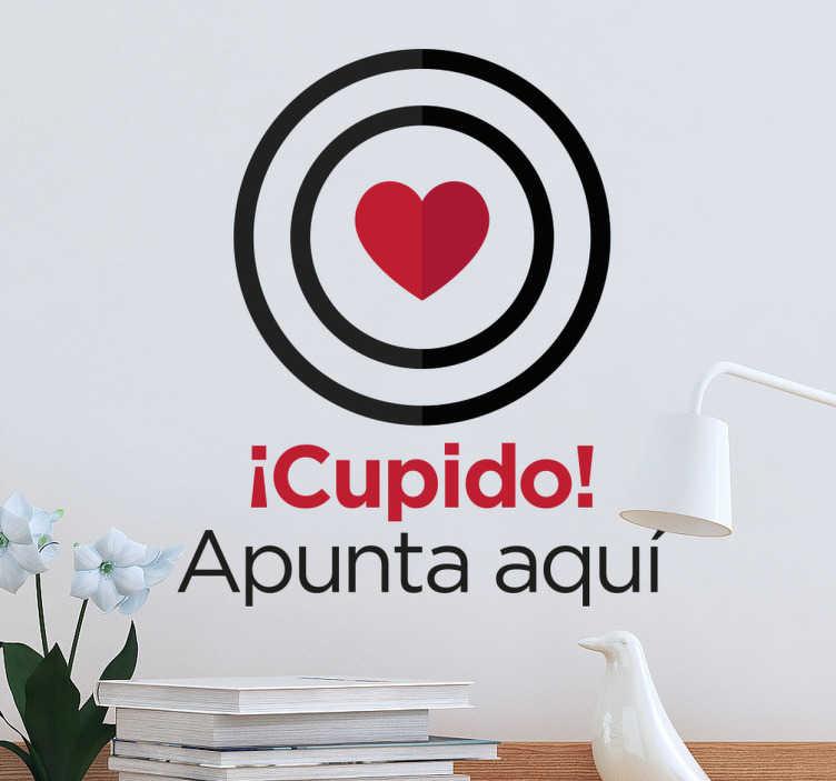 TenVinilo. Vinilo Cupido apunta aquí. Vinilo pared original con diseño moderno ideal para la decoración de hogares de gente enamoradiza.