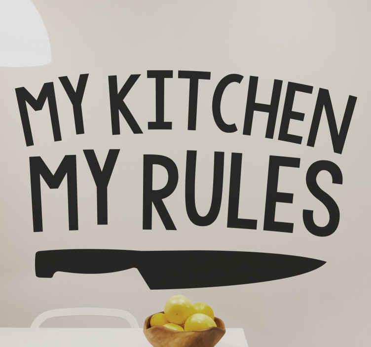 """TENSTICKERS. 私の台所私のルールウォールステッカー. キッチンでアドバイスをしたり、調理器具を誤って配置している人に疲れました。このキッチンステッカーはあなたの気持ちを表現するのに役立ちます。この元の壁のステッカーは、包丁で構成され、 """"私のキッチン私のルール""""と言う!さまざまな色とサイズでご利用いただけます。"""