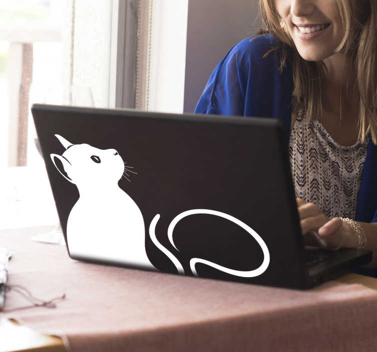 TenStickers. Laptop sticker kijkende kat. Een leuke en originele decoratie sticker voor laptops, van een schattige kat. Verkrijgbaar in verschillende kleuren en maten. Ook voor ramen en auto's.