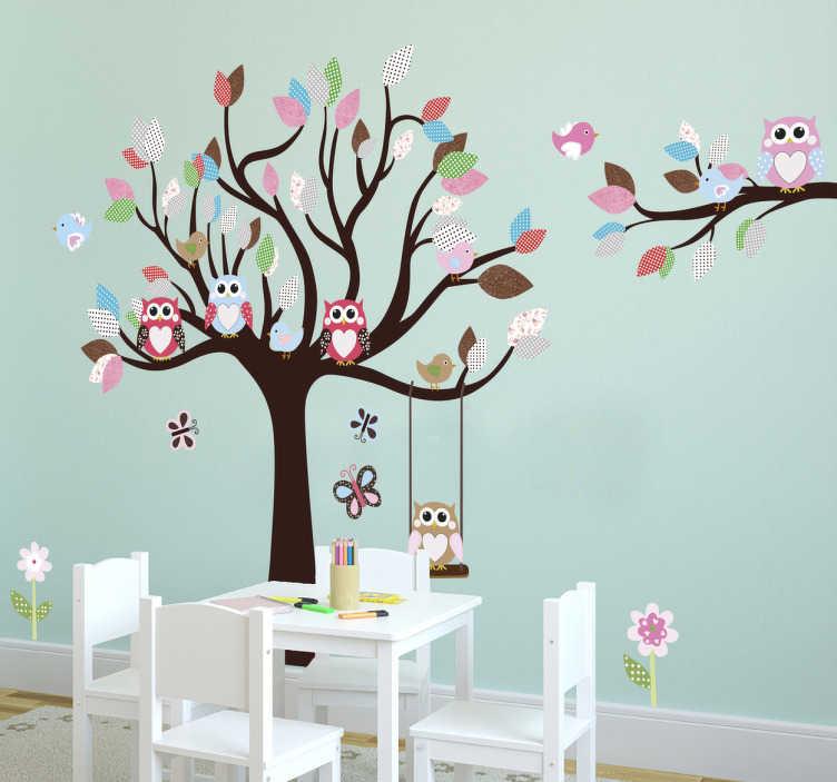 TenStickers. sticker hiboux sur arbre. sticker hiboux assis sur un arbre coloré. Applicable sur toutes surfaces.