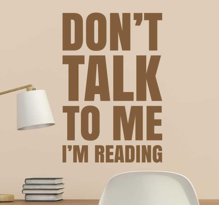 TenStickers. Naklejka Don't talk to me I'm reading. Naklejka ścienna przedstawiająca tekst w języku angielskim ' Don't talk to me I'm reading'.