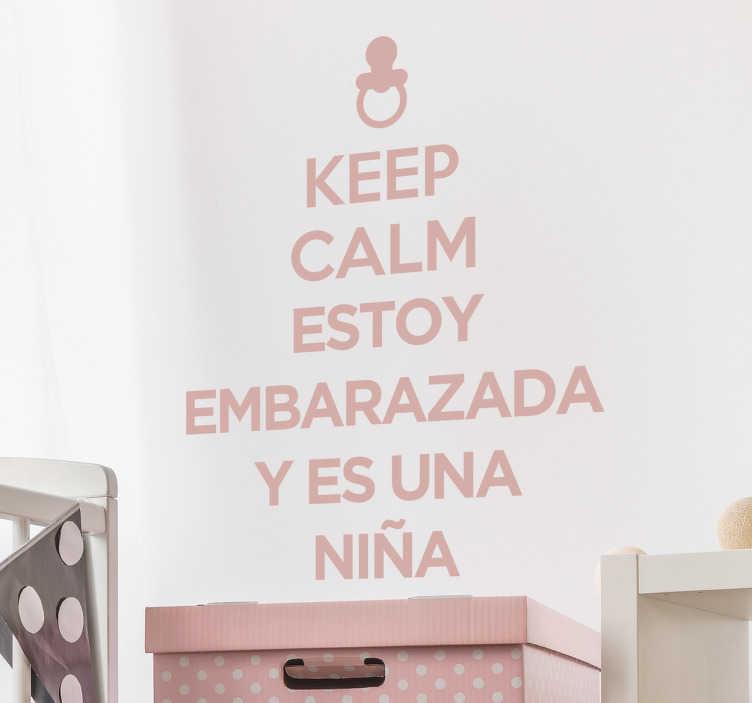 TenVinilo. Vinilo keep calm embarazada niña. Adhesivos de frases para decorar la nueva habitación de la niña de tus ojos que va a venir.