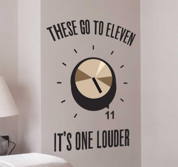 """TENSTICKERS. 脊柱のタップ11壁のステッカー. 彼らのスピーカーが """"これらが11になる""""ため、スピーカーがどのように大きくなっているかについて話し合う脊髄のタップの有名なシーンへの参照を伴う面白い壁のステッカー。この陽気な音楽の壁のステッカーは、コメディ、ロックミュージック、映画への完全な敬意です。"""
