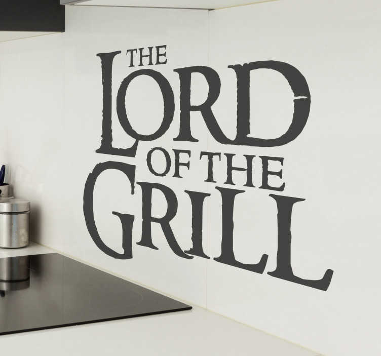 TenStickers. Muursticker The Lord of the Grill. Muursticker The Lord of the Grill, een leuke wanddecoratie met een tekst die een variatie is op The Lord of the Rings.
