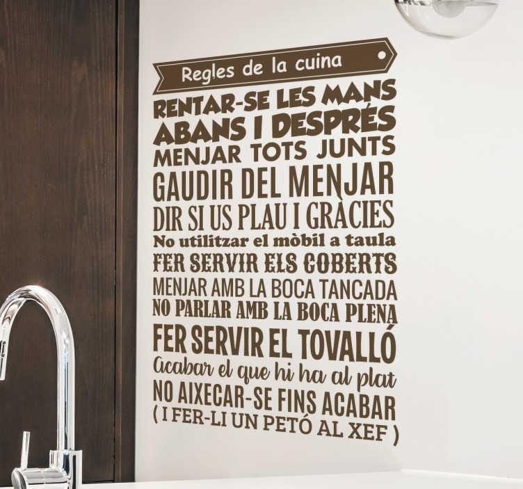 TenVinilo. Vinilo regles cuina catalán. Vinilos de frases para vestir tu cocina y dejar muy claro las reglas que se deben respetar en ella.
