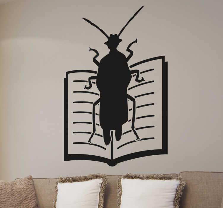 TenStickers. Muursticker Kafka metamorposis. Muursticker kakkerlak op een boek, een leuke verwijzing van een van de grootste meesterwerken van deze Tsjechische schrijver.