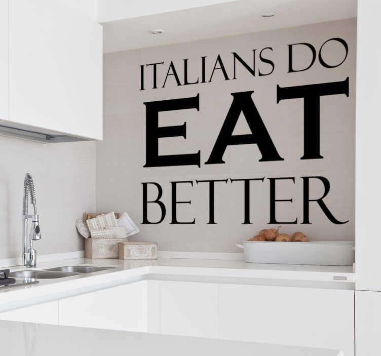 """TenStickers. Scritta adesiva italians do eat better. Stai cercando una decorazione divertente per la tua cucina? Scopri la nostra scritta adesiva con la frase """"Italians do eat better""""!"""