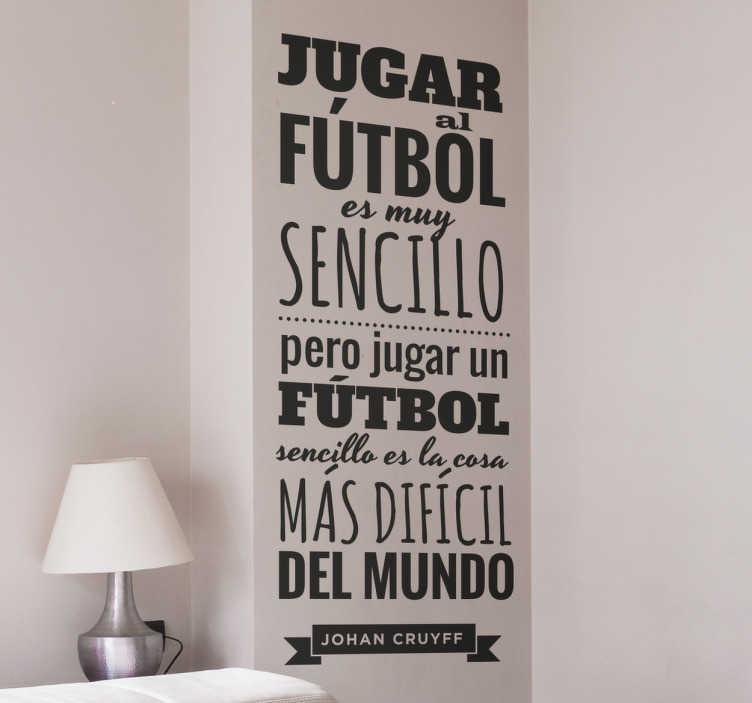 """TenVinilo. Vinilos de fútbol cita Cruyff. Vinilos de frases célebres de fútbol con el texto """"Jugar al fútbol es muy sencillo pero jugar un fútbol sencillo es la cosa más difícil del mundo""""."""