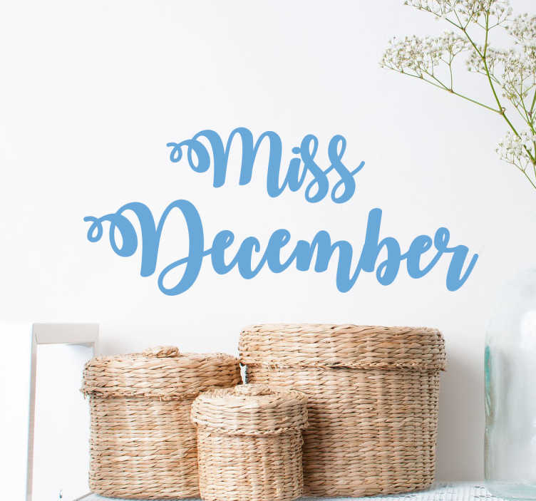 TenStickers. Naklejka z napisem Pani Grudzień. Naklejka na ścianę z napisem 'Miss December', który oznacza 'Pani Grudzień. Wile kolorów do wyboru. Nowe promocje w naszym newsletterze!