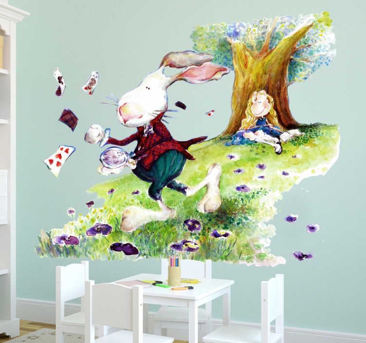 TenStickers. Muursticker Alice in Wonderland. Muursticker Alice in Wonderland, op deze sticker is Alice te zien die tegen een boom zit en het witte konijn dat speelkaarten strooit.