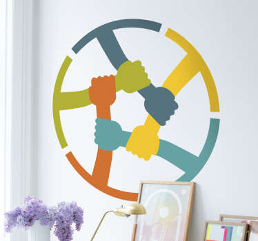 Adesivo murale con l'illustrazione di braccia di diverso colore che si stringono formando un cerchio.