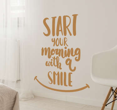 "Dette motiverende veggklistremerket består av uttrykket ""start your morning with a smile"" med et smiley-ansikt tegnet under."