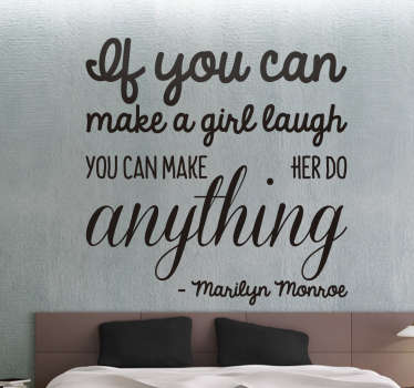 Muursticker bedrukt met een mooi Marilyn Monroe citaat; ¨If you can make a girl laugh you canmake her do anything¨.