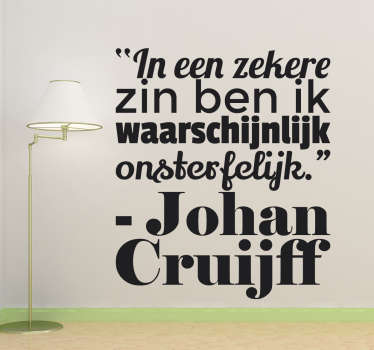 Muursticker tekst Johan Cruijff met een bekend Cruijff citaat ¨In een zekere zin ben ik waarschijnlijk onsterfelijk¨.