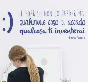 """Adesivo murale con la citazione """"Il sorriso non lo perder mai qualunque cosa ti accada, qualcosa ti inventerai"""", dalla canzone di Emma Marrone."""