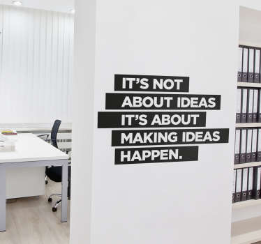 "Adesivo murale motivazionale con frase in inglese ""It's not about ideas, it's about making ideas happen"", tradotta in italiano ""Non si tratta delle idea, si tratta di fare in modo che le idee vengano realizzate"""