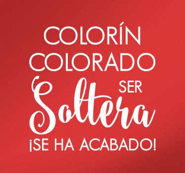 """Sticker pared con la frase """"Colorín, colorado ser soltera ¡se ha acabado! diseñada con una tipografía moderna."""