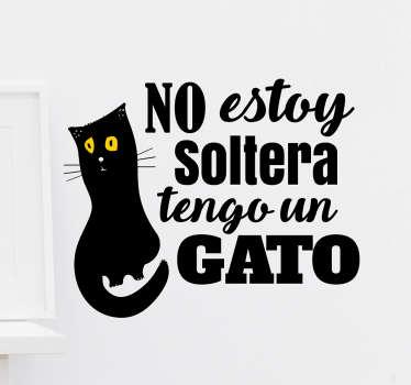 """Vinilos de frases con el texto """"No estoy soltera tengo un gato"""" acompañado de un dibujo de un minino negro."""