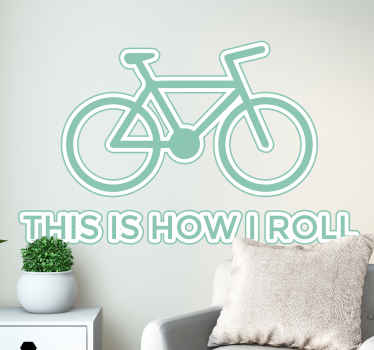 "Adesivo murale dedicato agli amanti del ciclismo con l'illustrazione di una bici e la scritta in inglese ""This is the way i roll""."