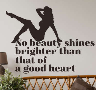Pinup Sticker bedrukt met de Engelse tekst ¨No beauty shines brighter than that of a good heart¨, met hierboven een pinup silhouet.