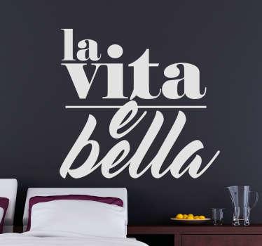 Adesivo murale con una delle frasi più belle, semplici e vere di sempre, con cui decorare le pareti di casa.