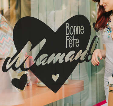Sticker avec un cœur et trois petits cœurs. Le texte est 'Bonne fête Maman'. Cet autocollant est parfait pour une vitrine ou bien en cadeau.