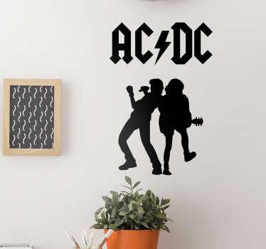 En este vinilo decorativo aparece el logo de ACDC acompañado de las siluetas del guitarrista principal de la banda y el cantante