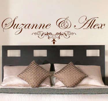 Personaliseerbare Muursticker met twee zelf te kiezen namen speciaal voor het hoofdeinde van een bed.