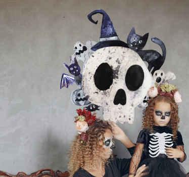 Dieses Wandtattoo zeigt einen großen Totenkopf. Dieses eigentlich gruselige Motiv wird durch Tiere und andere Elemente ergänzt.