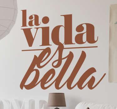 """Decora con estilo cualquier espacio de tu hogar con este vinilo texto que contiene la frase """"La vida es bella""""."""