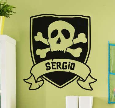 Adesivo murale con uno scudo da far impallidire Barbarossa con un jolly roger e uno spazio per inserire il tuo nome.