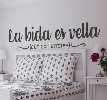 """Vinilo pared aparece el texto """"la bida es vella"""" mal escrito y texto en la parte inferior que justifica este juego de letras con """"aún con errores"""""""