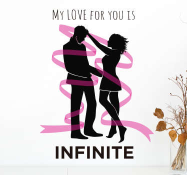 "Vinilo decorativo original que muestra la silueta de una pareja rodeada de una cinta rosa y la frase ""My love for you is infinite""."