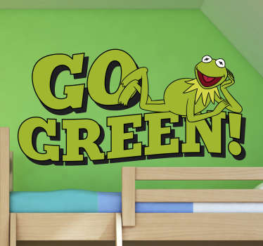 """Pegatinas infantiles con dibujo del muppet favorito de tus hijos: la Rana Gustavo subida encima del texto en inglés """"vuélvete verde""""."""