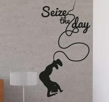 """Vinilo dibujo con la silueta de una persona haciendo puenting junto a la frase """"Seize the day"""" o """"Vive el momento""""."""