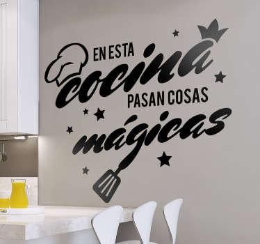 """Vinilos decorativos cocina con el texto """"en esta cocina pasan cosas mágicas"""" ideal para personalizar a tu gusto tu hogar."""