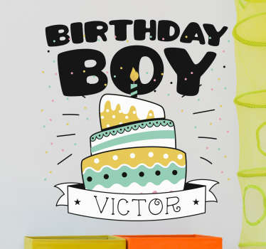 Deze naamsticker is voor de mensen die zelf een sticker wil maken, de sticker heeft een cake met een naam. De tekst birthday boy..