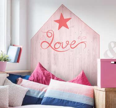 Ajoutez de l'amour à la chambre de votre enfant avec ce sticker tete de lit en forme triangulaire avec le mot Love et une étoile.