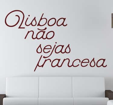 Vinil Lisboa não sejas Francesa. Decora a tua sala com este vinil autocolante de excelente qualidade por um preço apelativo.
