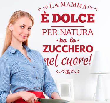 """Adesivo murale con il testo """"La mamma è dolce per natura, ha lo zucchero nel cuore""""."""