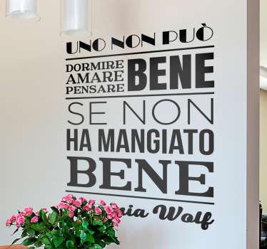 """Adesivo murale con il testo """"Uno non può dormire bene, amare bene, pensare bene se non ha mangiato bene""""."""